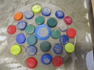 2ème journée: expérimentation avec du sable et des bouchons : FRISES & CENTRE...